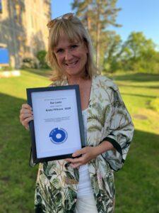 Åsa Lodin håller i diplomet med utmärkelsen Årets FFSare 2020